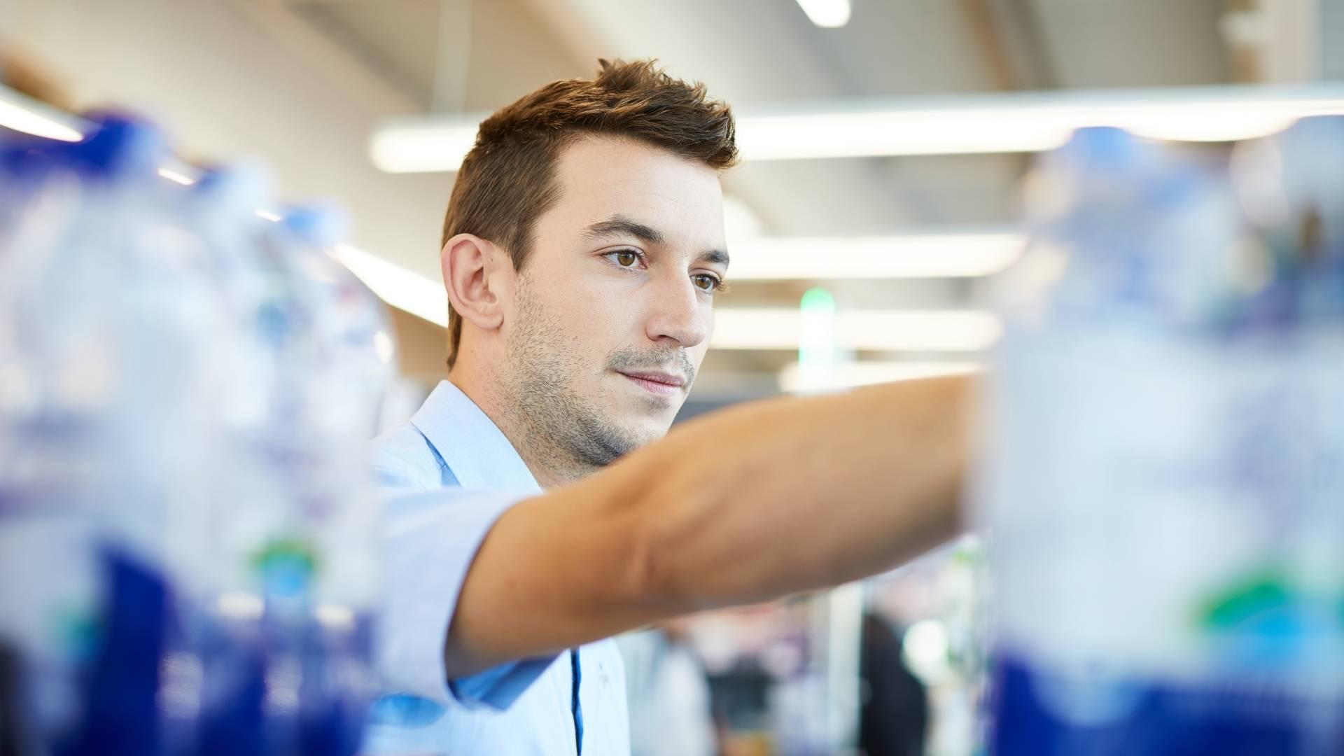 Pomoćnik voditelja slaže vode na police
