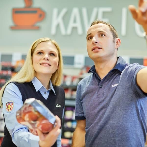 Zamjenica voditelja trgovine pregledava proizvode s prodavačem