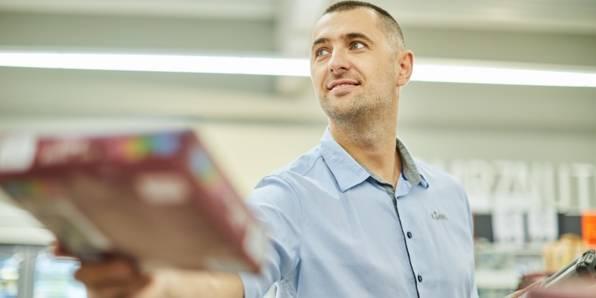 Voditelj trgovine vrši dnevnu narudžbu artikala